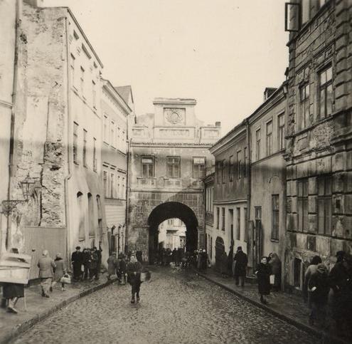 Widok na Bramę Grodzką od strony Starego Miasta, lata 40-te, autor nieznany. Fot. ze zbiorów Łukasza Biedki