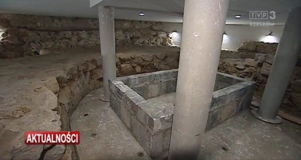 widok na sarkofag rotundy romańskiej w Przemyślu