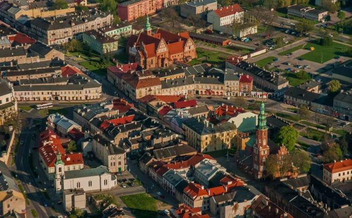 Widok na Radom z lotu ptaka, widoczne są kamienice z czerwonymi dachami